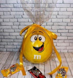 Желтый M&M - оригинальная коробка для подарка.