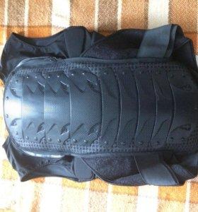 Защита на спину для зимних видов спорта.