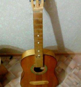 Продаю советскую гитару. Не дорого.