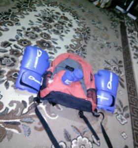 Портфель, перчатки и бинты.