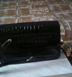 Маленькая лакированная сумочка