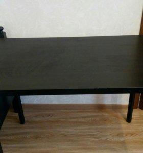 Кровать и стол.