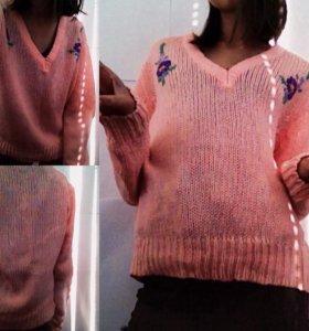Тёплый милый свитер с нашивками