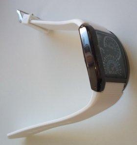 Часы наручные черные с белым ремешком