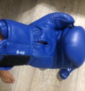 Боксёрские перчатки и защитные щитки.