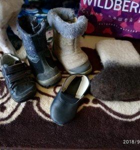 Продам обувь детскую 3 пары валенок . Ботинки осен