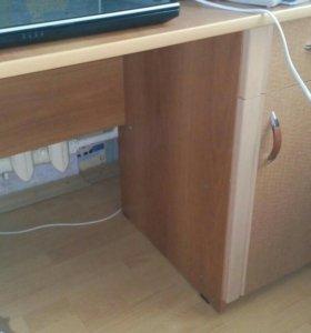 Мебель (стол письменный, комод)