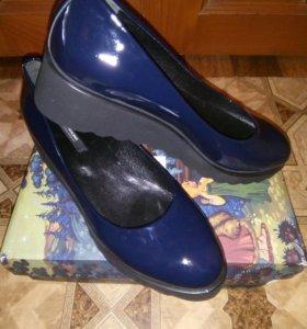 Туфли синие лакированные кожаные