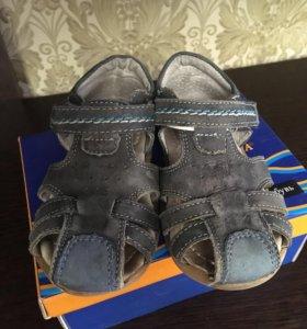 Продам сандали для мальчика