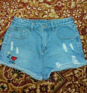 Модные потёртые шорты