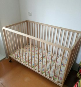 Детская кроватка в комплекте с матрасом