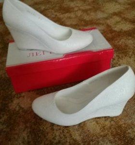 Туфли белые 1500 руб. Торг.