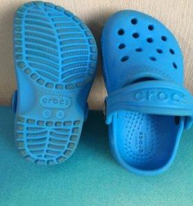 Crocs, защитный костюм и панама