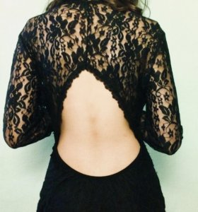 Эффектное маленькое чёрное платье