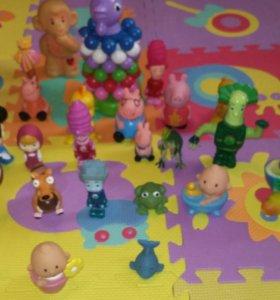 Резиновые игрушки и пирамида петушок