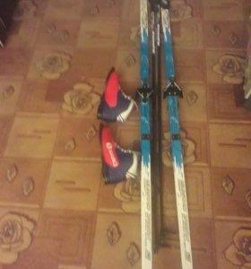Лыжи с ботинками 42 размера, и палки лыжные.