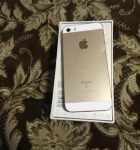 iPhone 5 se висит на яблоке
