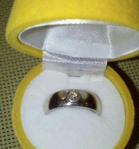 Кольцо женское золотое с бриллиантом.
