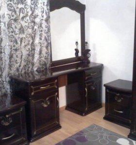 Туалетный столик,зеркало и тумбочки