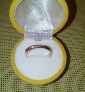Кольцо женское золотое с бриллиантами.