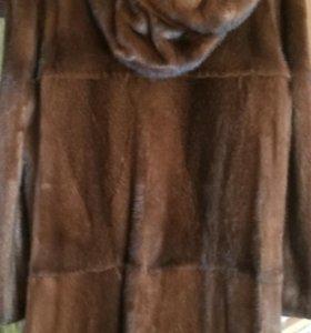 Норковая шубка с капюшоном.