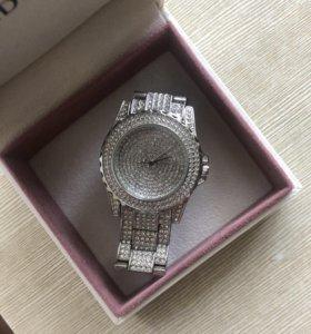 Красивые часы в камнях