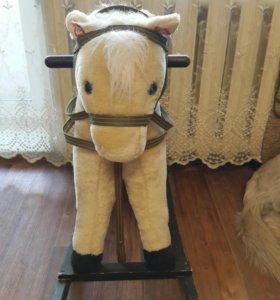 Лошадка-качалка и игрушки