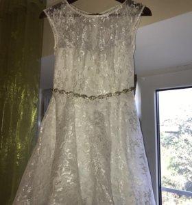 Нарядное белое платье