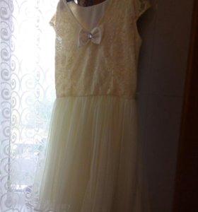 нежно-желтоватое платье