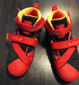 Продам детские баскетбольные кроссовки Nike
