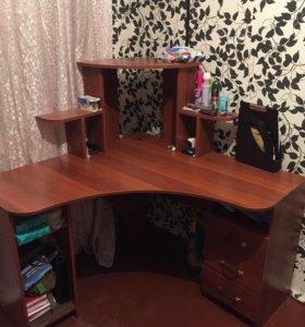 Компьютерный стол в идеальном состоянии с полками