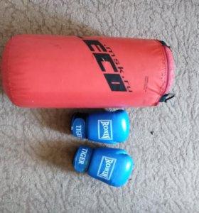 Боксёрская груша, форма, перчатки.