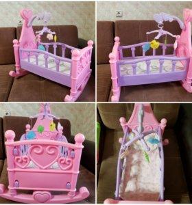Кроватка для кукол с мобилем