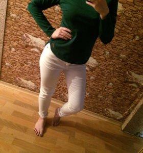 Зелёная кофта и чёрные брюки
