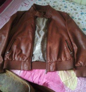 Куртка под кожу и двое спортивных штанов