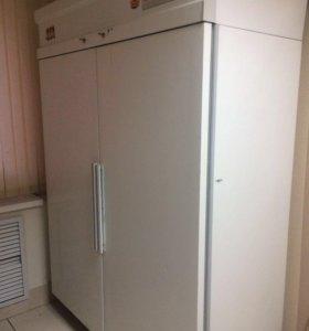 Холодильный двухдверный шкаф