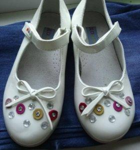 Туфельки для девочки 28 размер, одеты были пару ра