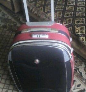 продам фирменный чемодан на колёсиках