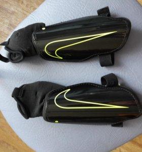 Щитки футбольные Nike новые.