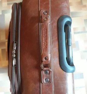 Кожаный чемодан .