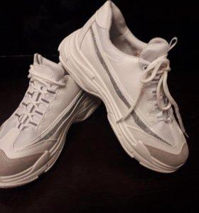 Классные белые кроссы.
