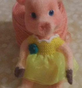 Свинка в желтом платье