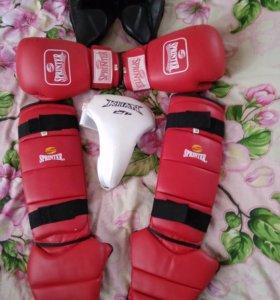 Шлем, перчатки, защита ног, защита паха.