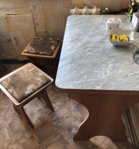 Кухонный стол и 4 табуретки