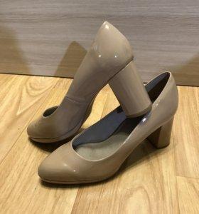 Лаковые бежевые туфли