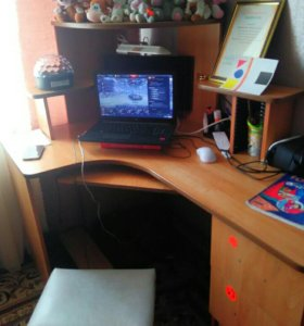 Компьютерный стол,монитор,клавиатура,мышь,провода