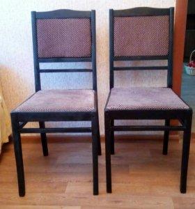 Два стула с мягкой обивкой