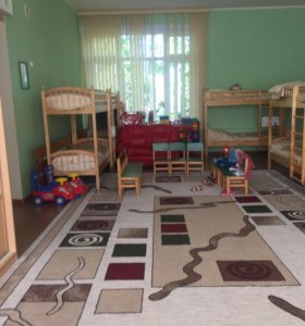 Воспитатель в детский сад и помощник