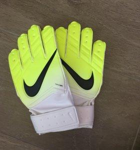 Футбольные перчатки Nike