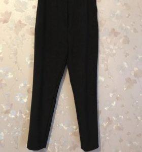 Черные брюки на завышенной талии